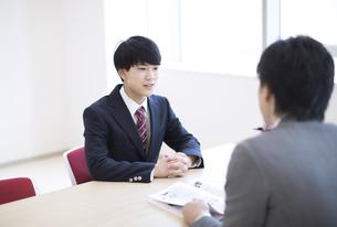 面談を受ける男子高校生の写真素材 [FYI02969678]