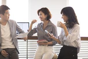 打ち合わせをする3人のビジネス男女の写真素材 [FYI02969679]