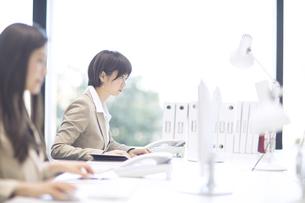 パソコンを見るビジネス女性の写真素材 [FYI02969685]