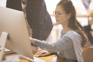 パソコンを見て打ち合わせをするビジネス女性の写真素材 [FYI02969687]