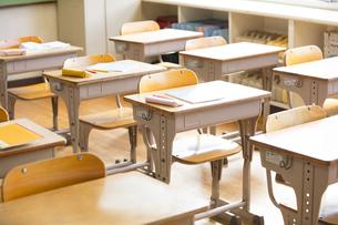 教室の机と椅子の写真素材 [FYI02969689]