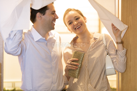 店から出る外国人の男女の写真素材 [FYI02969690]