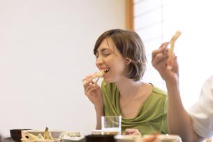 てんぷらを食べる外国人女性の写真素材 [FYI02969693]