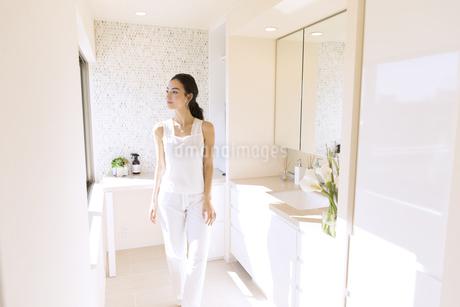鏡の前で外を見つめる女性の写真素材 [FYI02969695]