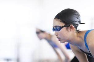水泳をする女子学生の写真素材 [FYI02969698]