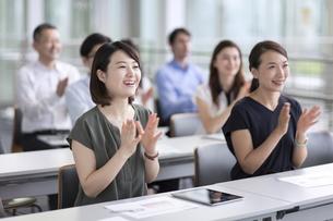 会議で拍手をするビジネスマンたちの写真素材 [FYI02969700]