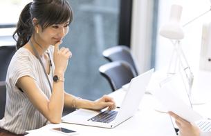 PCを見るビジネス女性の写真素材 [FYI02969702]