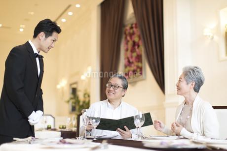 レストランで注文をするシニア夫婦の写真素材 [FYI02969706]