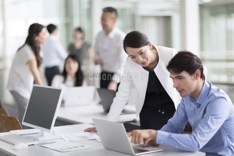 打ち合わせをするビジネス男女の写真素材 [FYI02969707]