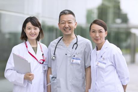 カメラ目線で立つ医師たちの写真素材 [FYI02969709]