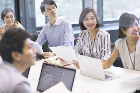 会議中のビジネスマンの写真素材 [FYI02969711]