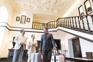 ホテル内を歩くシニア夫婦の旅行者の写真素材 [FYI02969713]