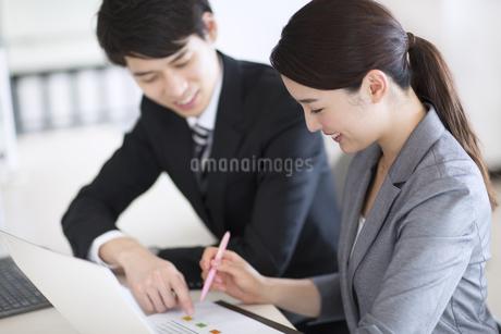 打ち合わせをするビジネス女性の写真素材 [FYI02969716]