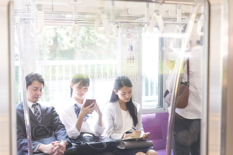 電車移動する人々の写真素材 [FYI02969717]
