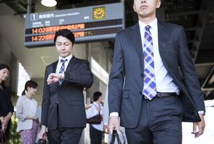 駅のホームを歩くビジネス男性の写真素材 [FYI02969718]