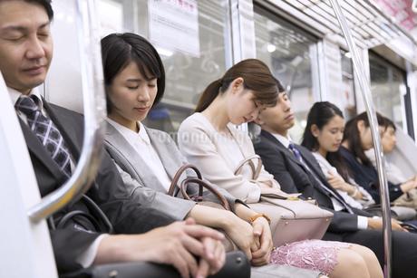電車で眠る人々の写真素材 [FYI02969719]