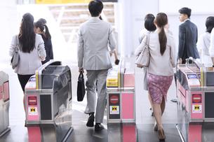 駅の改札を通過する人々の写真素材 [FYI02969720]