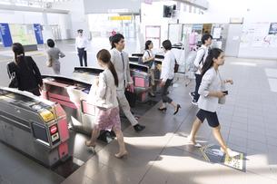 駅の改札を通過する人々の写真素材 [FYI02969721]
