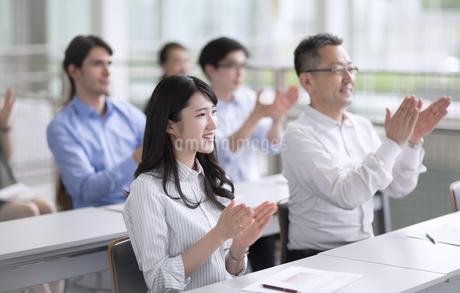 会議で拍手をするビジネス女性の写真素材 [FYI02969722]
