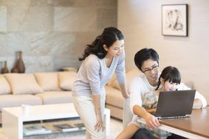 パソコンを見る家族の写真素材 [FYI02969726]