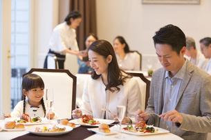 レストランで食事をする家族の写真素材 [FYI02969730]