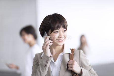 スマートフォンで通話するビジネス女性の写真素材 [FYI02969736]