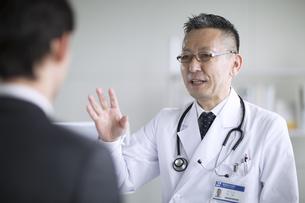 患者に問診をする男性医師の写真素材 [FYI02969737]