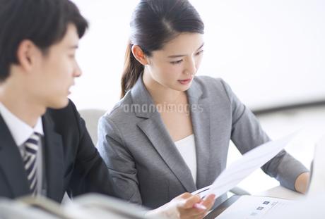 打ち合わせをするビジネス女性の写真素材 [FYI02969740]