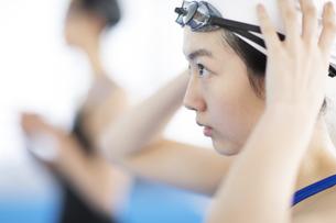 水泳をする女子学生の写真素材 [FYI02969745]
