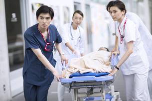 救急患者を運ぶ医師と看護師の写真素材 [FYI02969752]