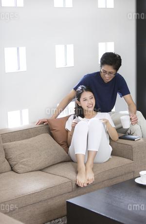 ソファーでくつろぐ夫婦の写真素材 [FYI02969753]