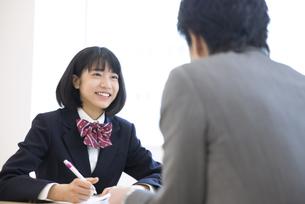 面談を受ける女子高校生の写真素材 [FYI02969756]