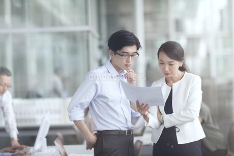 打ち合わせをするビジネス男女の写真素材 [FYI02969761]