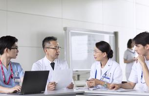 会議中の医師たちの写真素材 [FYI02969763]
