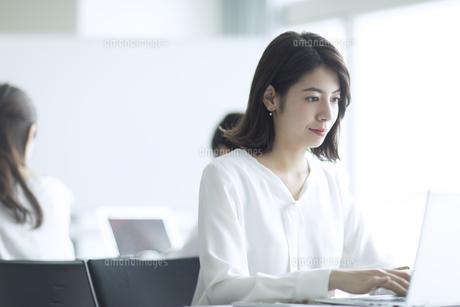 オフィスでパソコンを操作するビジネス女性の写真素材 [FYI02969771]