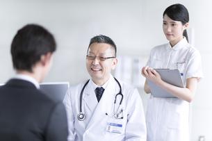 患者に問診をする男性医師の写真素材 [FYI02969772]