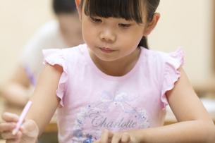 塾の合宿で授業を受ける女の子の写真素材 [FYI02969774]