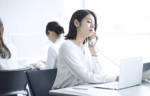オフィスで電話をするビジネス女性の写真素材 [FYI02969775]