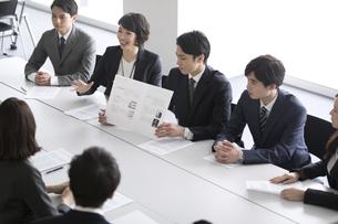 会議中のビジネスマンの写真素材 [FYI02969776]