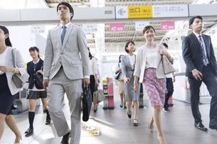 駅の改札を通過する人々の写真素材 [FYI02969786]