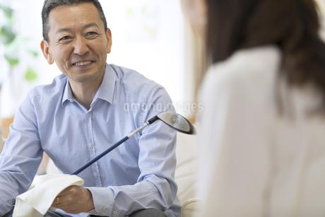ゴルフクラブの手入れをしながら会話をする男性の写真素材 [FYI02969788]