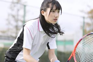 テニスをする女子学生の写真素材 [FYI02969789]