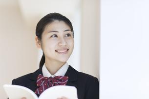 本を開き外を見つめる女子高校生の写真素材 [FYI02969790]