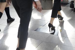 駅で改札に向かって歩く人々の足元の写真素材 [FYI02969796]