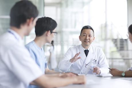会議中の医師たちの写真素材 [FYI02969797]