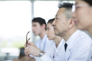 会議中の医師たちの写真素材 [FYI02969798]