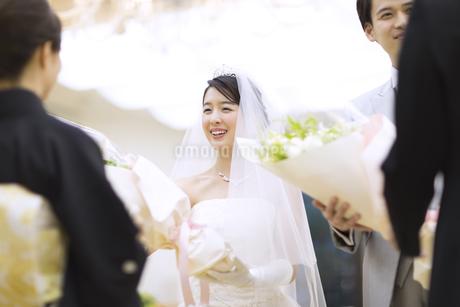 両親に花束を贈る新郎新婦の写真素材 [FYI02969802]