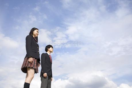 青空をバックに立つ高校生たちの写真素材 [FYI02969803]