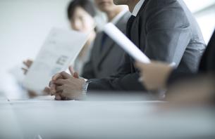 会議中のビジネス男性の手元の写真素材 [FYI02969830]