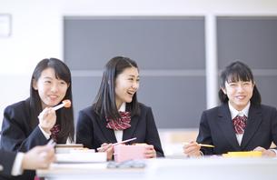 お弁当を食べながら談笑する女子高校生の写真素材 [FYI02969831]